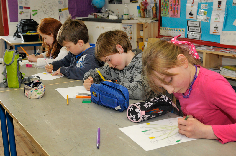 37-1st-class-students-have-a-drawing-lesson-with-artist-gordon-darcy